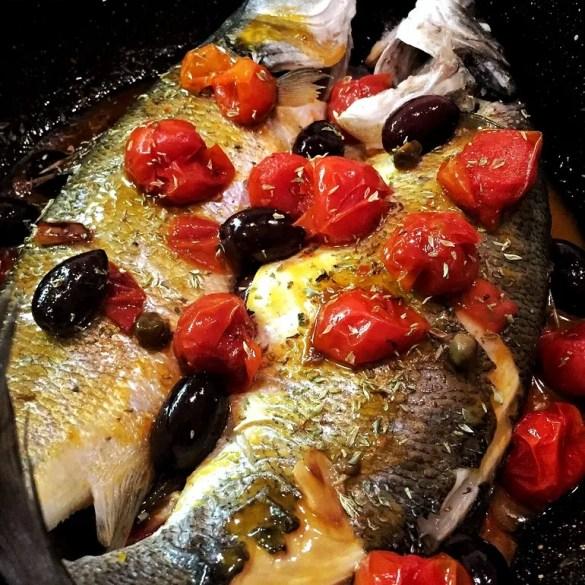 Pesce con pomodorini e olive alla siciliana