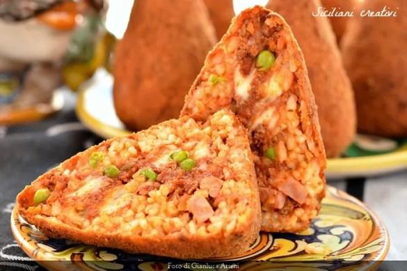 Arancini, qui nella versione messinese, una delle ricette più tipiche della cucina siciliana.