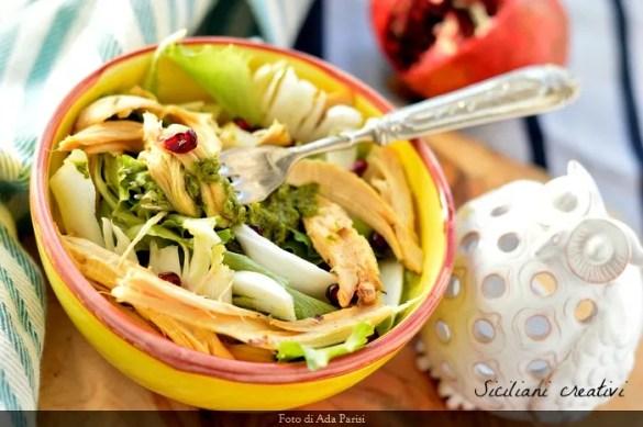 Insalata di pollo, salsa verde e melograno