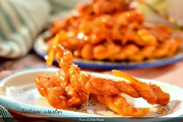 Acciuleddi di Carnevale, ricetta sarda: una pasta fritta croccante glassata con miele e scorze d'arancia. Uno tira l'altro.