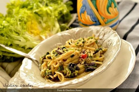 Pasta con scarola e olive nere, un primo piatto vegano e buonissimo, pronto in 10 minuti veri.