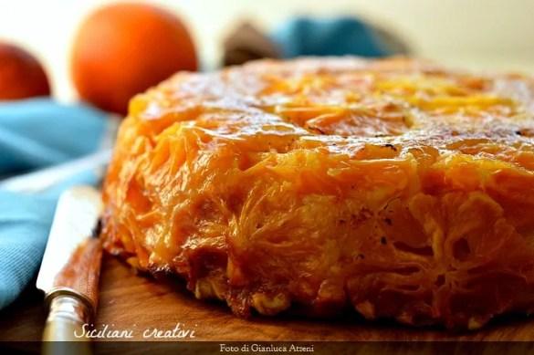 Regina d'inverno, la torta rovesciata all'arancia è ricoperta di arance caramellate, compatta e profumatissima