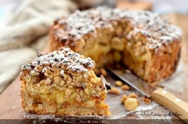 Sbriciolata con farina integrale, noci, nocciole e fiocchi d'avena nell'impasto, farcita con mele e composta di albicocche. Un dolce sano e delizioso.