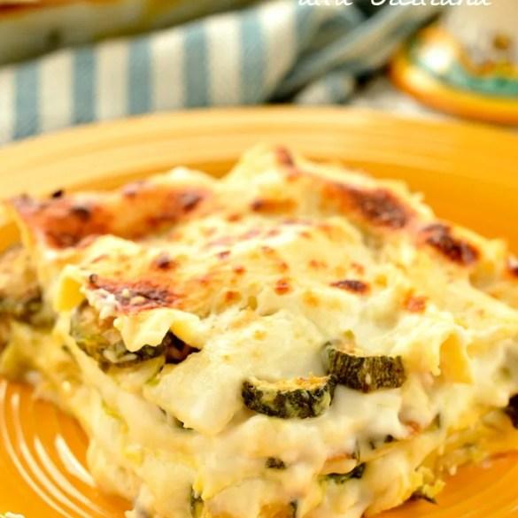 Una generosa porzione di lasagne bianche con zucchine, cremose e vegetariane