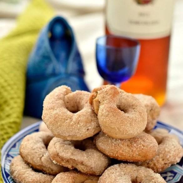 Un piatto di biscotti tipici dei castelli romani, le ciambelline al vino
