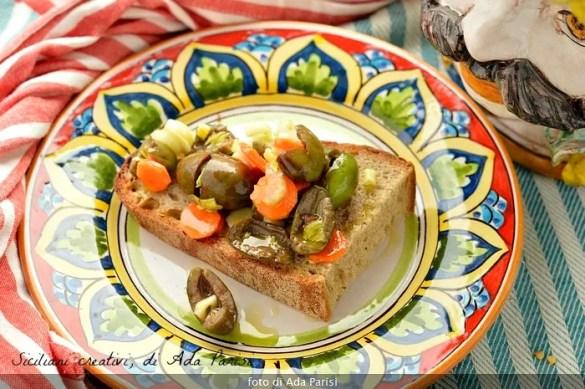 Olive schiacciate con carote, sedano e peperoncino, ricetta tradizionale siciliana