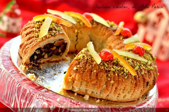 Le buccellato Palerme, in dialetto 'cucciddatu' Il est un gâteau de Noël aux figues et noix.