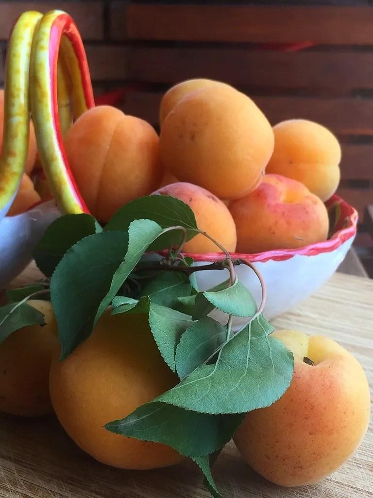 Saison bis Saison im Juni: Obst Gemüse und Fisch zu kaufen.