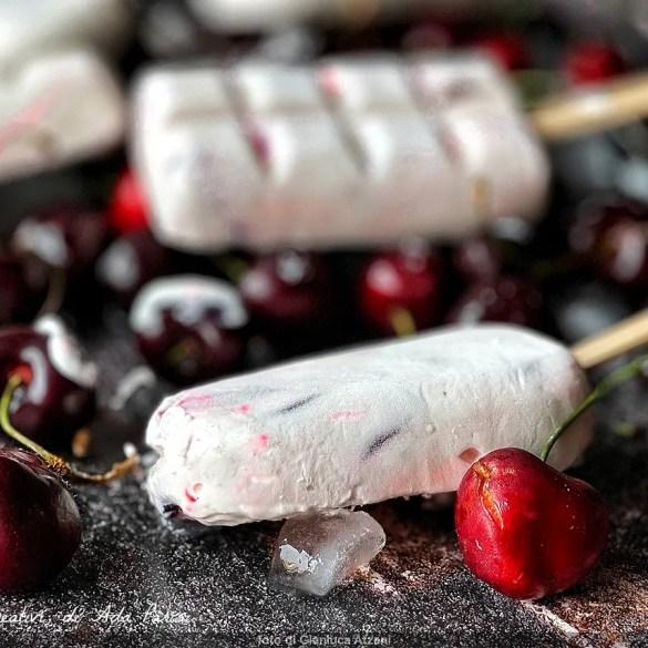 Ghiaccioli yogurt e frutta su stecco