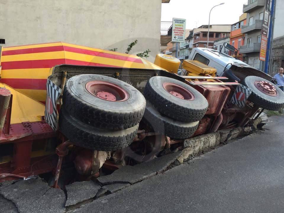 #Barcellona. Cede la strada a Oreto: betoniera sprofonda nella voragine LE FOTO