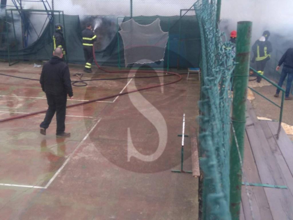 #Messina. Incendio in un capannone di via Libertà, il fumo oscura la zona