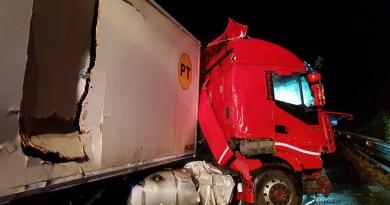 Cronaca. Grave incidente in autostrada a Itala, una macchina finisce sopra un albero