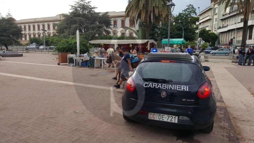 Cronaca. Doppio blitz dell'amministrazione De Luca contro gli ambulanti abusivi della Passeggiata a Mare