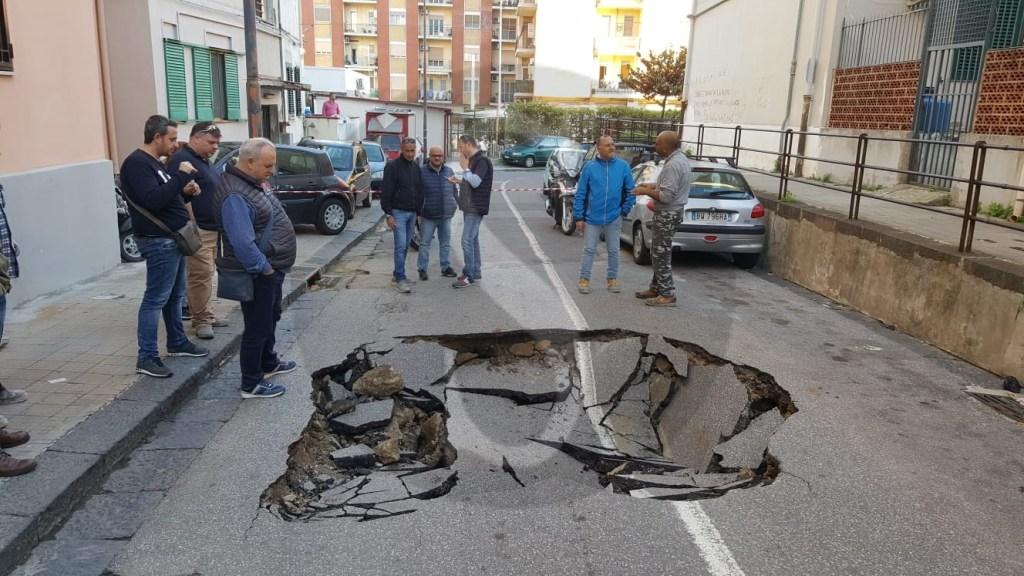 Cronaca. Messina, infiltrazioni di acqua a Minissale: cede il manto stradale