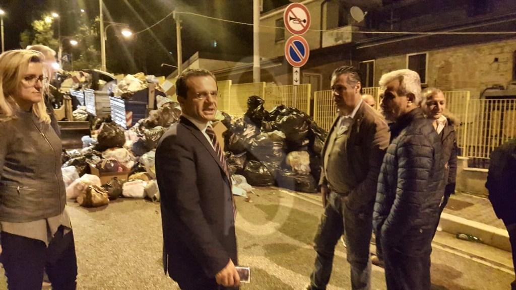 Politica. Messina, tour notturno del sindaco De Luca tra le montagne di rifiuti