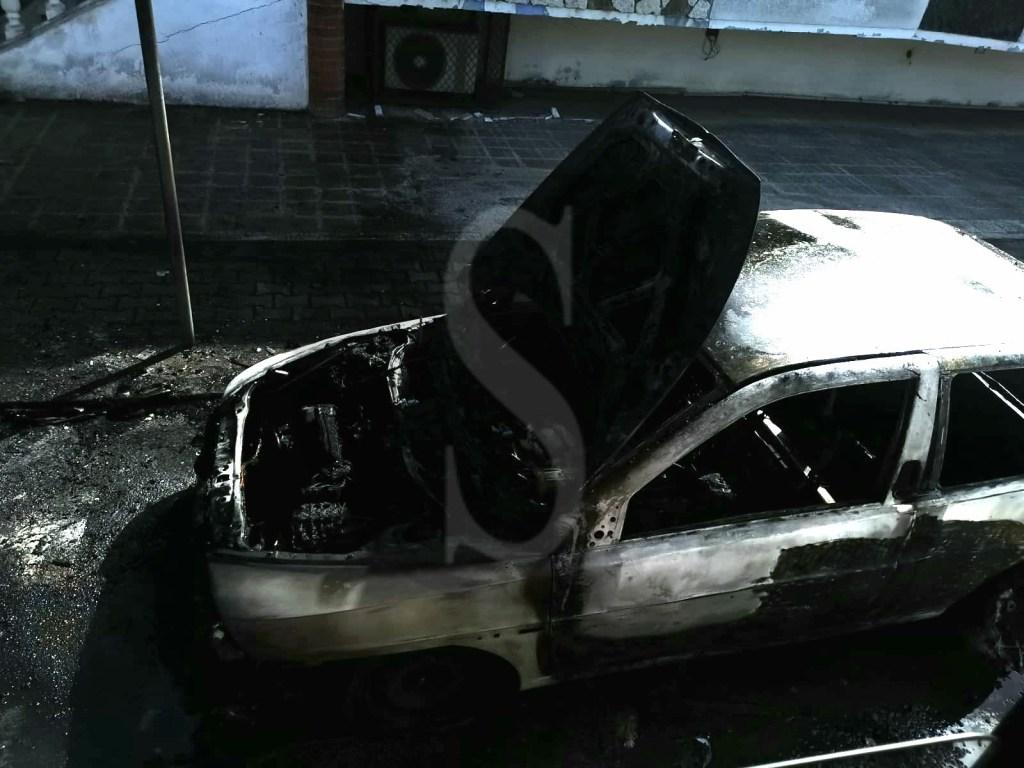 Messina, a fuoco una Lancia Y: il rogo la distrugge completamente