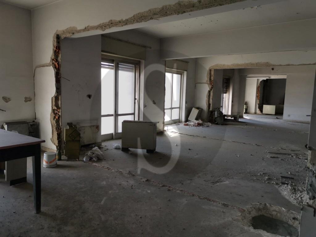 Messina, sopralluogo di De Luca all'hotel Riviera tra degrado e sudiciume