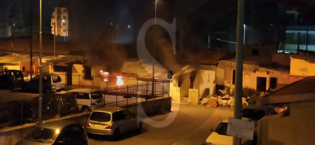 """Incendio nella baraccopoli abbandonata di Camaro, Gioveni e Cacciotto all'ARISME: """"Sbloccate subito i lavori"""""""