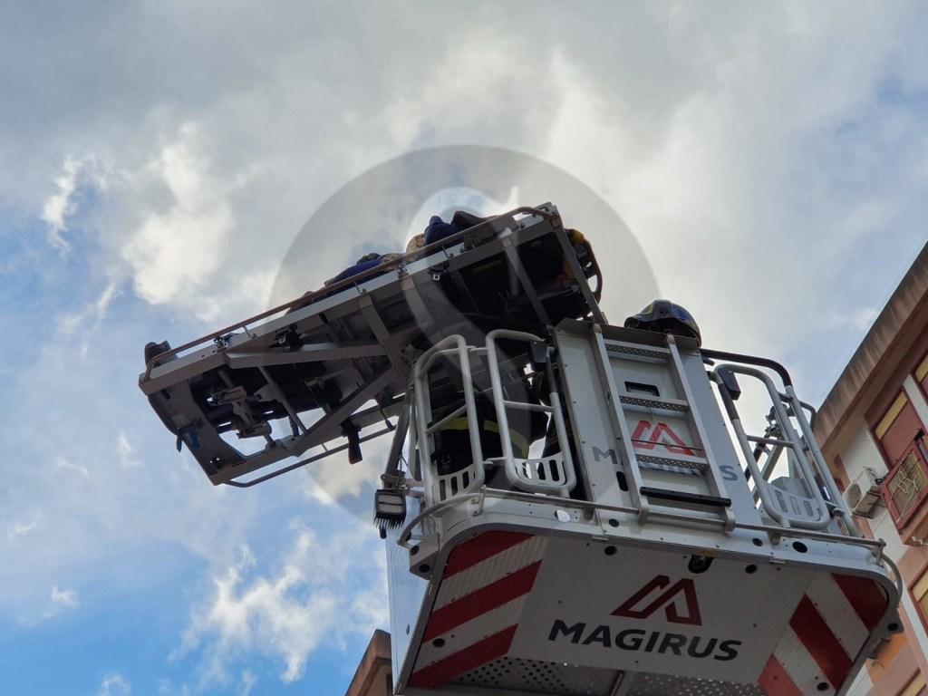 Messina, grave incendio in via Consolare Pompea: salvati due anziani