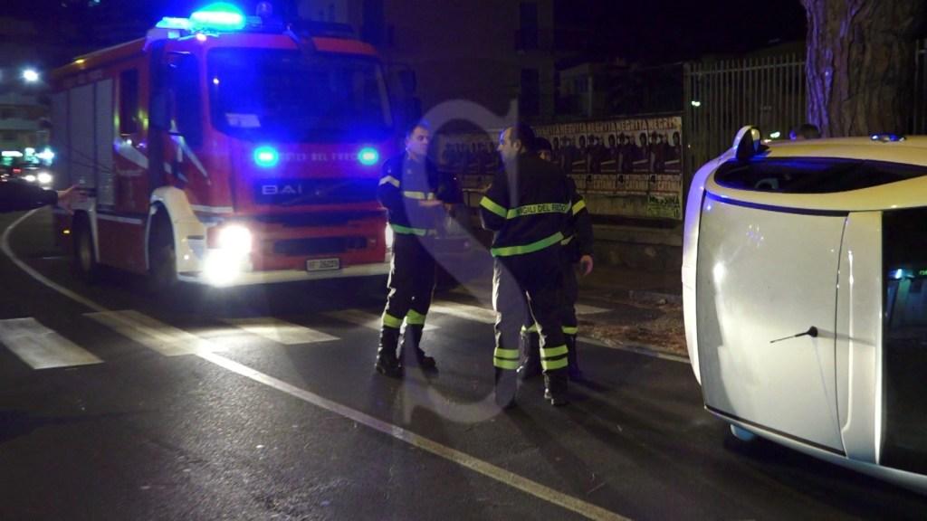 Messina, incidente in viale Regina Elena: FIAT 500 si ribalta, i Vigili del Fuoco estraggono conducente dall'auto