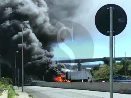 Messina, viale Giostra: in fiamme autocompattatore raccolta rifiuti