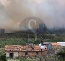 Spadafora brucia da ore, le fiamme hanno raggiunto alcune case, il cimitero e il liceo Galilei