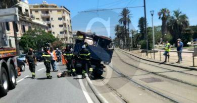 Mezzo della Messina Servizi invade la corsia del tram, traffico in tilt in viale della Libertà.