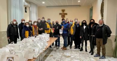 A Barcellona P.G il Lions Club e Leo Club hanno donato pasti caldi alle famiglie meno fortunate della città