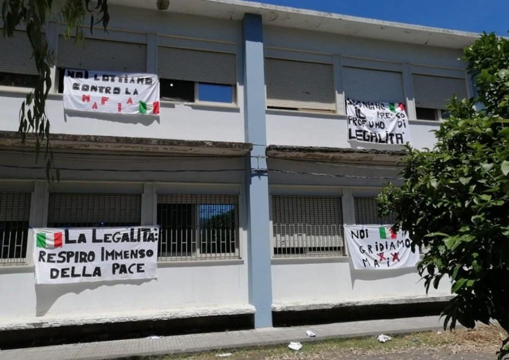 Barcellona PG – Studenti e docenti dei plessi dell'Ic Foscolo hanno esposto lenzuoli bianchi contro la mafia