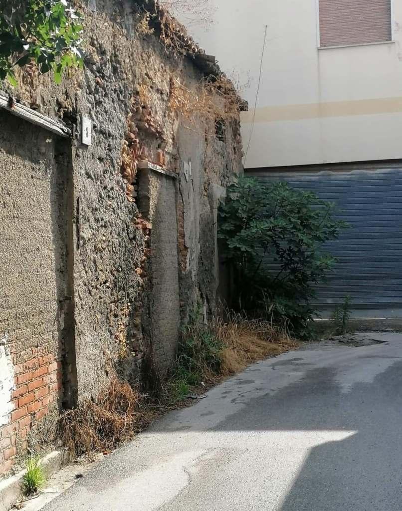 Barcellona PG – Vicolo De Pretis avvolto nel degrado più totale. Residenti esasperati