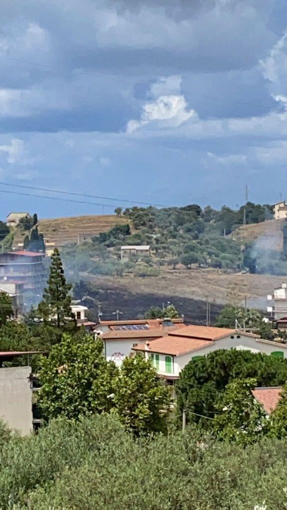 Incendi a Barcellona PG, due divampano a Sant'Antonio e Acquaficara