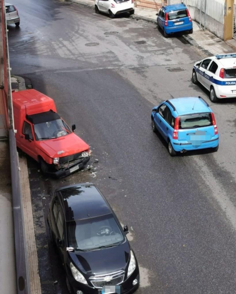 Barcellona PG, tampona auto in sosta e fa perdere le tracce. Indaga la polizia municipale