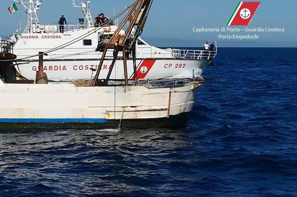 """Sbarcano in 400 a Palma di Montechiaro, portati a riva da una nave """"madre"""". Bloccati in 30"""