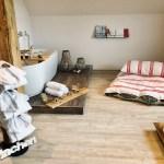 Buurehofwellness - Raum mit Wanne, Heubett, Bademänteln und Apérobrettli