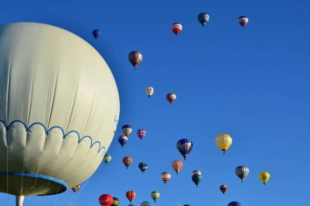 Resultado de imagen para globo en el aire