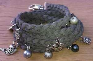 Faux suede armband Joanna met glasparels grijs