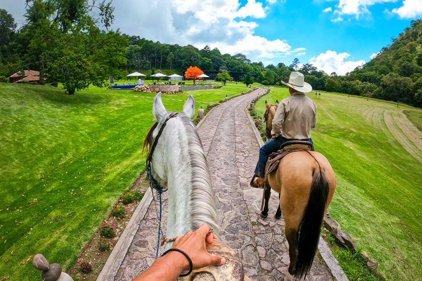 paseo en caballo en siarra lago