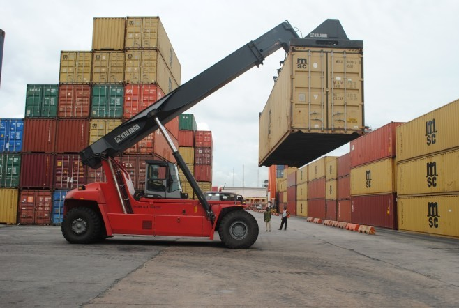 Reach-Stacker-in-operation-at-Ports-Cargo-terminal-1-e1497882232209