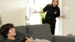 Mujer policía pilla al hijastro masturbándose