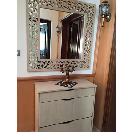 Miroir avec un cadre en bois