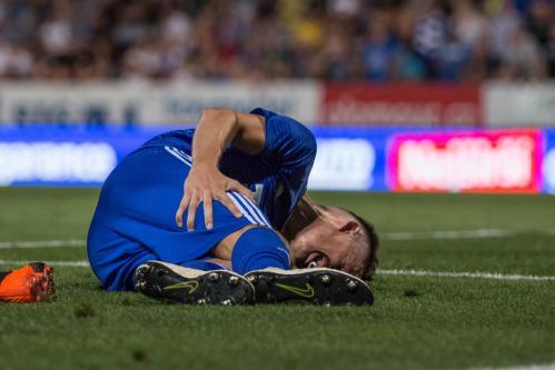 Profi fotbal holt někdy bolí, Falta po bolestivém střetu