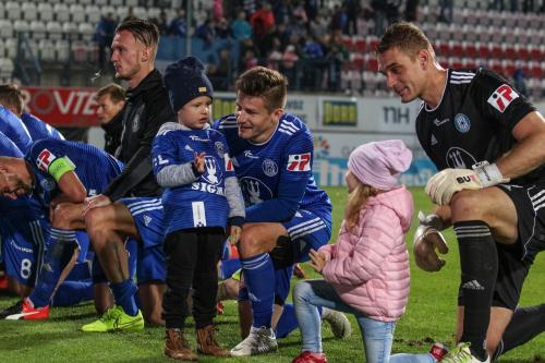 Miloš Buchta a Venca Pilař s dětmi před oslavou vítězství se Sektorem S
