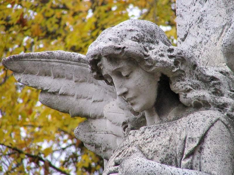 La imaginería funeraria suele ser de color gris