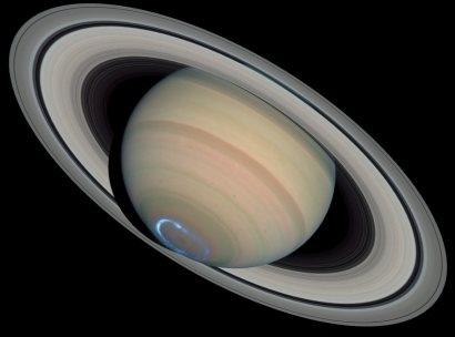 Vemos el planeta Saturno con un toque azul