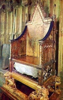 la silla de la coronación inglesa tiene tonos violetas