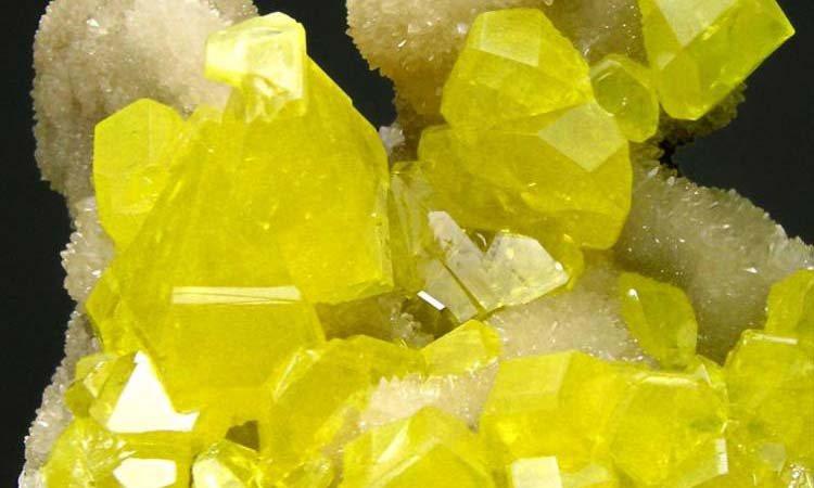 mineral de azufre con su distintiva tonalidad