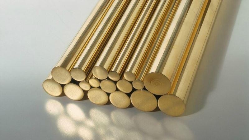 este metal llamado latón da nombre a una variedad del color marrón