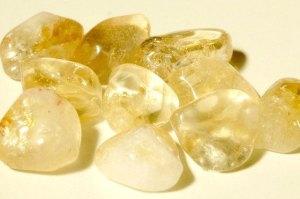 el citrino es un tipo de cuarzo y da nombre a este color