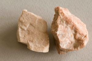 este mineral llamado feldespato da nombre al color