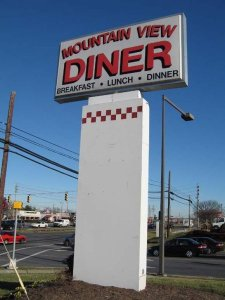 Mountain Diner pylon sign